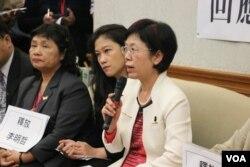 立法委员尤美女(右)在记者会上发言(美国之音杨明拍摄)