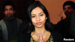 Bà Devyani Khobragade bị cáo buộc đã bắt người giúp việc Sangeeta Richard làm việc với mức lương ít hơn nhiều so với lương tối thiểu ở Mỹ và nói dối về đơn xin visa của cô này.