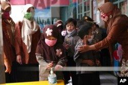 Anak-anak Taman Kanak-kanak diajar untuk menggunakan penyanitasi tangan di Jakarta (foto: ilustrasi).
