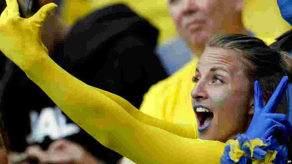 Une fan de la Suède prend un selfie avant le match, le 13 juin 2016.