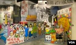 香港政治漫画家尊子绘画有关北京八九民运与香港反送中运动的作品,在支联会六四纪念馆展出(美国之音/汤惠芸)