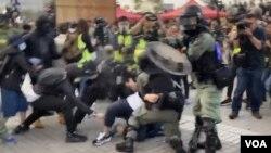 香港聲援維吾爾族人集會爆發警民衝突,有防暴警察拔出真槍示警。(攝影: 美國之音湯惠芸)