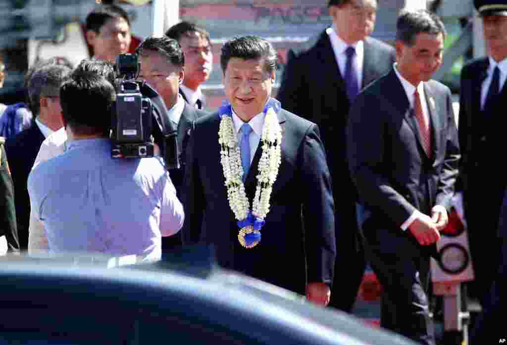 Presiden China Xi Jinping tiba di KTT APEC di Manila, Filipina (17/11). (AP/Wally Santana)