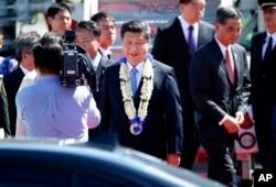 中国国家主席习近平日到马尼拉参加APEC峰会,戴着花环礼品(2015年11月17日)