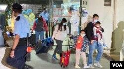 香港九龙湾丽晶花园居民紧急撤离到检疫中心。 (2020年12月10日)(美国之音/汤惠芸)