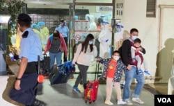 香港九龙湾丽晶花园的居民紧急撤离到新冠检测中心。(2020年12月10日)(美国之音汤惠芸拍摄)
