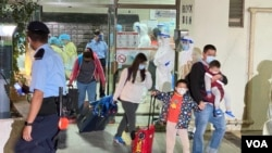 香港九龍灣麗晶花園居民緊急撤離到檢疫中心。(2020年12月10日)(美國之音 湯惠芸拍攝)