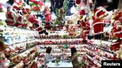 2018年12月17日,中国浙江省义乌市义乌批发市场的一个销售圣诞产品的商店