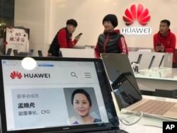 Profil Meng Wanzhou ditampilkan pada komputer Huawei di salah sau gerai Huawei di Beijing, China, Kamis, 6 Desember 2018.