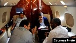 Jusuf Kalla bersama mantan juru runding pemerintah RI dalam perjanjian Helsinki Hamid Awaludin (belakang kiri), Asisten Sekjen OKI, Dr. Atta Abdul Manan (depan kanan), Presiden Qatar Red Crescent Society Mohammed Ghanim A.Al-Maaheed dalam perjalanan ke Na