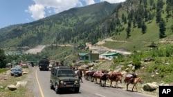 Tentara India di Gangangeer, timur laut Srinagar, Kashmir yang dikuasai India, Kamis, 18 Juni 2020.