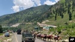 2020年6月18日,在印控的克什米尔,印度军车队行使在斯利那加-拉达克公路上行驶。中印两国军队在拉达克地区发生对峙。