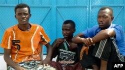 Thanh niên Somalia ngồi trong khu ổ chuột Basateen