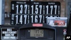 Papan harga-harga bahan bakar per galon di North Plainfield, New Jersey.