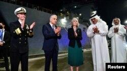 از چپ: برد کوپر، فرمانده ناوگان پنجم نیروی دریایی ایالات متحده؛ یائیر لاپید، وزیر خارجه اسرائیل؛ مگی ناردی، کاردار سفارت آمریکا در بحرین؛ عبداللطیف بن رشید الزیانی، وزیر خارجه بحرین؛ مقابل ناو جنگی «یواساس پرل هاربر»؛ پنجشنبه ٨ مهر ۱۴۰۰