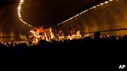 """Novi protest """"Jedan od pet miliona"""" u Beogradu. Kolona prolazi kroz Terazijski tunel, 23. februara 2018."""