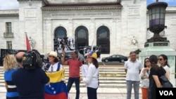 En el marco del inicio de las audiencias grupos de venezolanos en Washington, DC llegaron hasta la sede de la OEA para protagonizar protestas pacíficas en la que claman justicia y democracia en Venezuela. [Foto: Irene Serrano, VOA].
