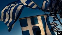 지난 6월 그리스 아테네의 의회 건물 앞에서 구제금융 지지자들이 국기를 휘날리고 있다. (자료사진)