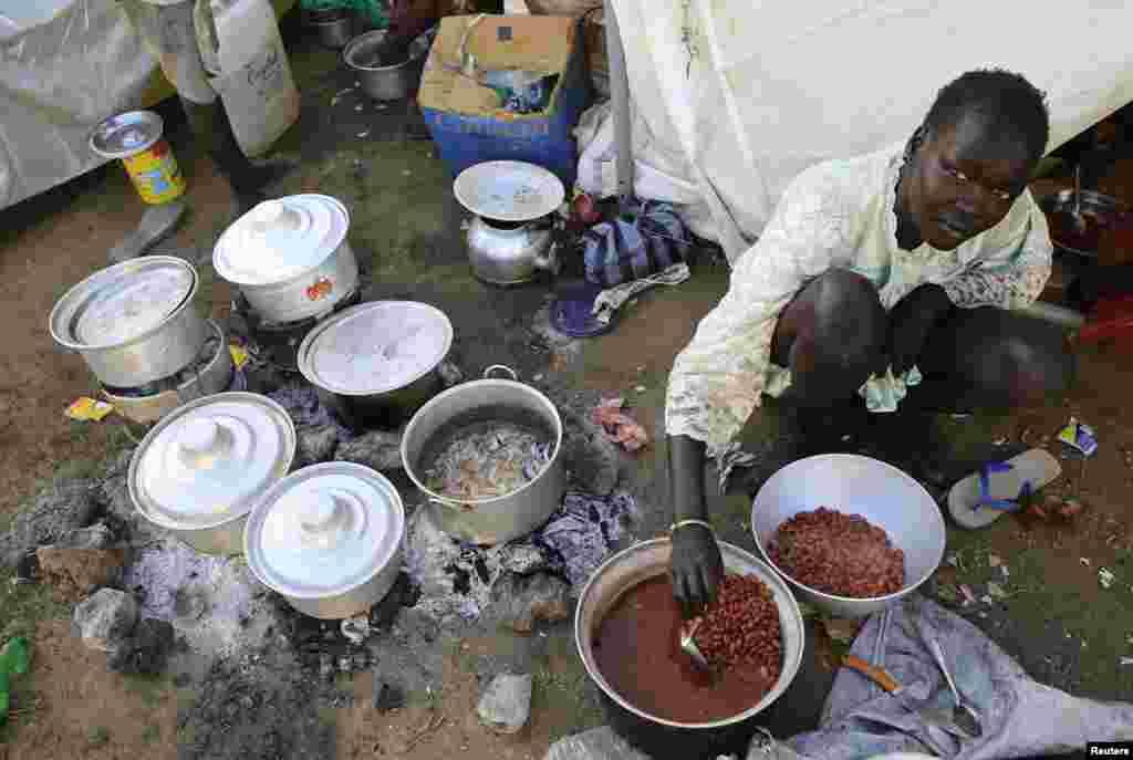 남수단 폭력 사태로 대피한 한 여성이 주바국제공항 인근의 유엔 대피소에서 식사를 준비하고 있다.