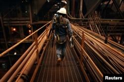 Foto ilustrasi: pekerja di smelter PT Vale Tbk, dekat Sorowako, 8 January 2014. (REUTERS/Yusuf Ahmad).