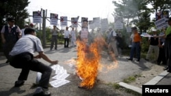 2015年8月11日,一名反朝公民团体团体,在军事分界线附近举行集会上焚烧朝鲜领导人金正恩模拟像。