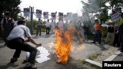 2015年8月11日,一名反北韓公民團體,在軍事分界線附近舉行集會上焚燒北韓領導人金正恩模擬像。