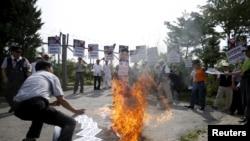 北韓海外組織在板門店停戰村附近焚燒金正恩人像。(2015年8月11日)
