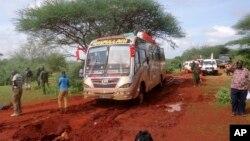 Militer Kenya memeriksa lokasi serangan atas bus penumpang di Mandera, dekat perbatasan Somalia, Sabtu (22/11).