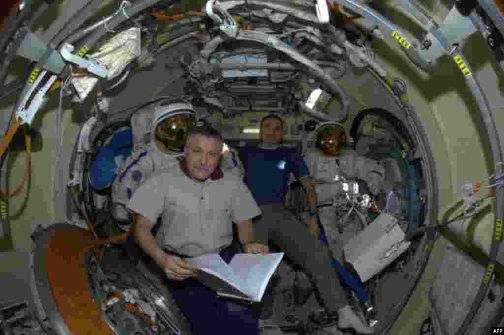 Российские космонавты Федор Юрчихин и Михаил Корниенко в российском отсеке МКС