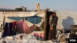 Ông Ahmed Mohammed cùng con trai tại trại Hoshal al-Oumara, nơi có khoảng 400 người tị nạn đang sinh sống.