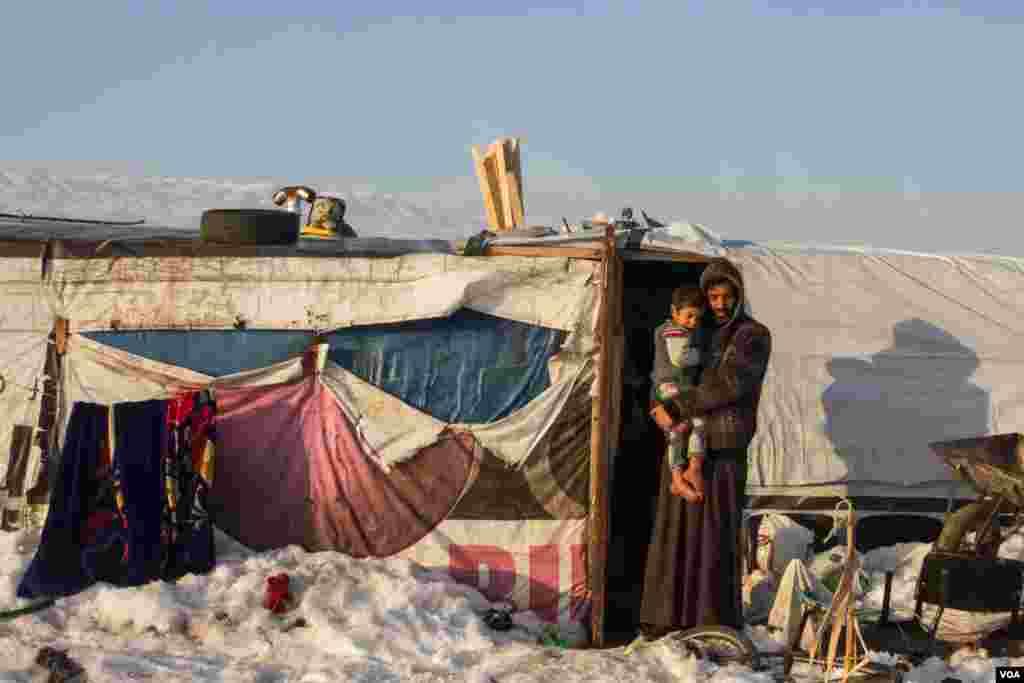 لبنان میں لاکھوں شامی پناہ گزین خود کو اس سرد موسم میں گرم رکھنے کی کوشش میں مصروف ہیں۔