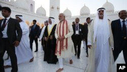 Indian Prime Minister Narendra Modi, center, visits the Sheikh Zayed Grand Mosque during the first day of his two-day visit to the UAE, in Abu Dhabi, United Arab Emirates, Aug. 16, 2015.
