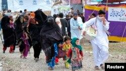 Người tản cư từ Nam Waziristan rời khỏi trại Kawr ở thị trấn Tank, tây bắc của Pakistan, 16/3/2015.