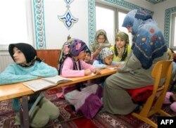 Avusturya'daki bir camide verilen Kuran kursuna katılan çocuklar