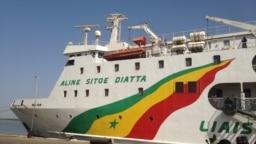"""Le navire """"Aline Sitoé Diatta"""" au port arrive au port de Ziguinchor le 07 février en provenance de Dakar, le 21 février 2018. (VOA/Seydina Aba Gueye)"""