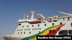 "Le navire ""Aline Sitoé Diatta"" arrive au port de Ziguinchor en provenance de Dakar, le 21 février 2018. (VOA/Seydina Aba Gueye)"