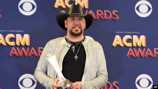 Jason Aldean posa con el galardón de Artista del Año durante la 53 entrega anual de los premios de la Academia de Música Country en Las Vegas, Nevada, el domingo, 15 de abril, de 2018.