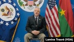 L'ambassadeur américain Andrew Young, à Ouagadougou le 27 novembre 2019 (VOA/Lamine Traoré)