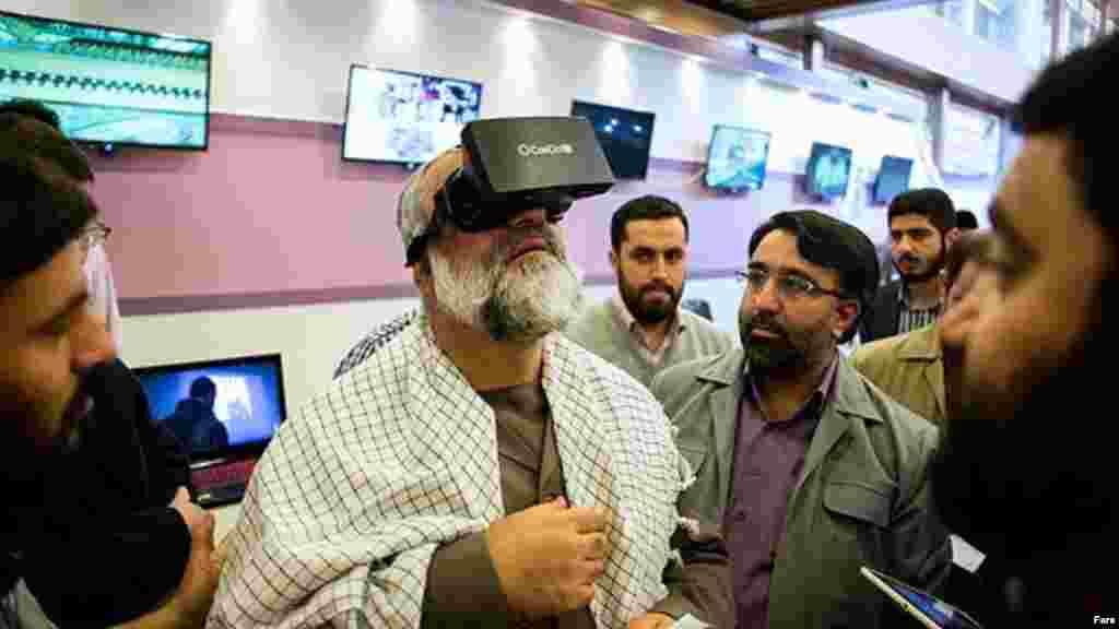 محمدرضا نقدی، رئیس بسیج ایران در سومین نمایشگاه رسانههای دیجیتال انقلاب اسلامی در تهران. عکس: محسن عطایی، فارس