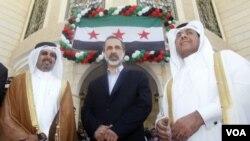 3月27日敘利亞反對派領袖哈提卜(中)出席卡塔爾首都多哈的敘利亞領事館開館儀 式