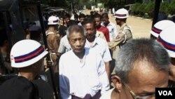 Para tahanan meninggalkan penjara Insein, Yangon, Burma, setelah mendapat grasi dari pemerintah (3/1).