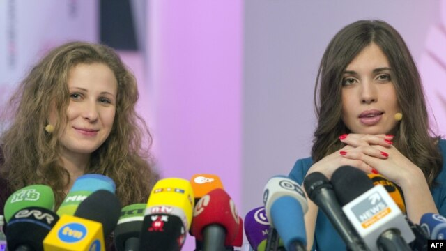 Two members of Russian punk group Pussy Riot, Maria Alyokhina, left, and Nadezhda Tolokonnikova address news conference, Moscow, Dec. 27, 2013.