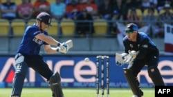 مورگن کپتان انگلستان حین ضربه زدن به یک بال در رقابت با نیوزیلند