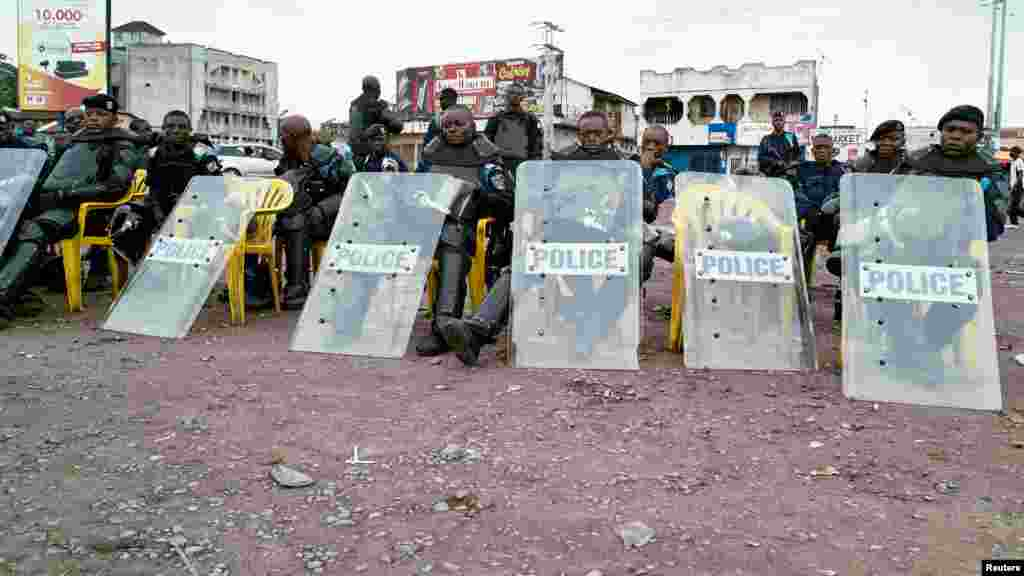 Les policiers prennent une pause, après la manifestation à Kinshasa, le 19 septembre 2016.