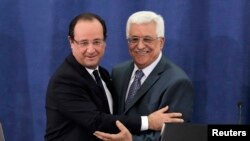 法國總統奧朗德(左)星期一在拉馬拉與巴勒斯坦行政當局負責人阿巴斯(右)會面。