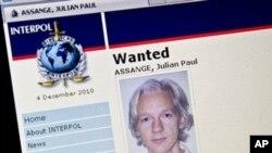 """Página de Interpol, con el rótulo de """"Wanted"""" (requerido), con la foto de Julian Assange."""