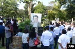 FILE - Sri Lankan mourners gather at the grave of Lasantha Wickramatunga, in Colombo, January 8, 2017.