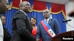 Le nouveau président Jovenel Moise sert la main du président du Parlement Youri Latortue à Port-au-Prince, le 7 février 2017.