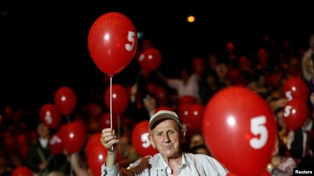 Ủng hộ viên của Đảng Xã hội Bulgaria tham dự cuộc vận động bầu cử tại Cung Văn hóa Quốc gia ở Sofia, ngày 9/5/2013.