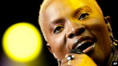 La chanteuse franco-béninoise Angelique Kidjo au 43e Festival de Jazz de Montreux en Suisse, le 10 juillet 2009.
